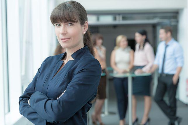 Jak przebić szklany sufit, czyli co ułatwia kobietom rozwój zawodowy? Nowy raport Fundacji Sukces Pisany Szminką