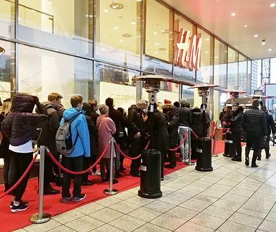 Kolejka przed sklepem H&M przy ul. Marszałkowskiej w Warszawie