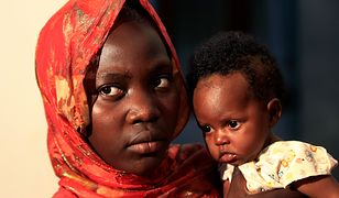 Kilkumiesięczne dziecko na rękach 11-letniej matki w Sudanie