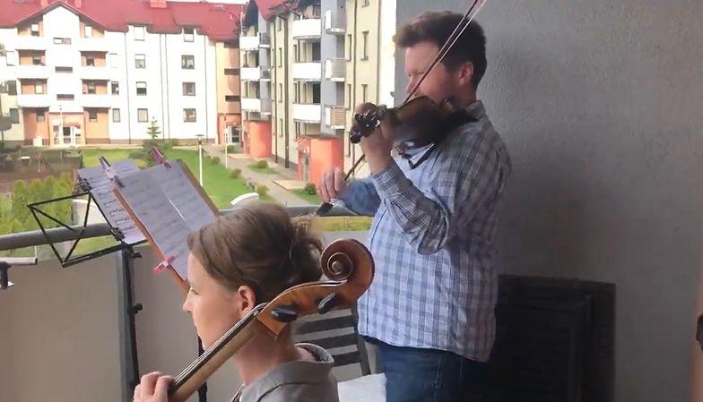 Skrzypek Jakub Łysik i wiolonczelistka Paulina Grondys występują na własnym balkonie w Będzinie.