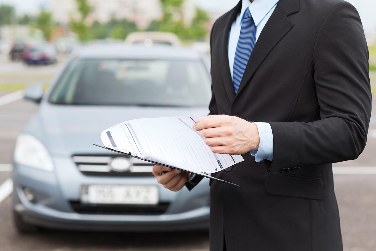 Niektórzy kierowcy omijają podwyżki cen OC. Pomagają im nieuczciwi agenci