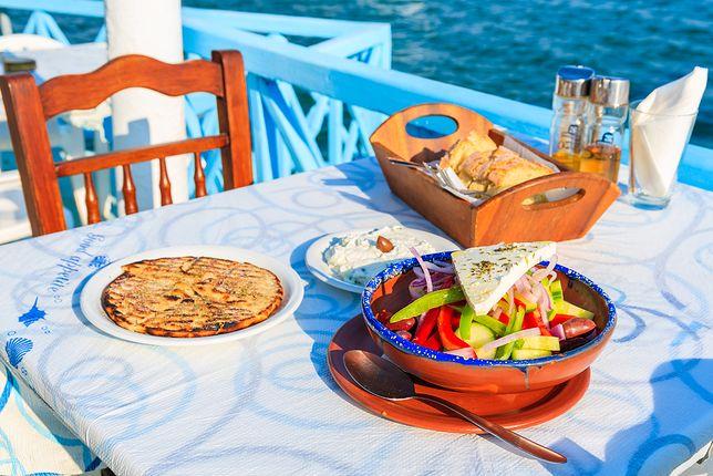 Grecja słynie ze świetnej kuchni. Typowymi daniami można się raczyć za niewygórowaną cenę