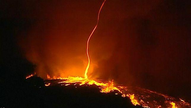 """""""Płonące tornado"""". Kamera uchwyciła niezwykłe zjawisko, gdy żywioł trawił Portugalię"""