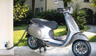 Elektryczny skuter lub motocykl można ładować z gniazdka