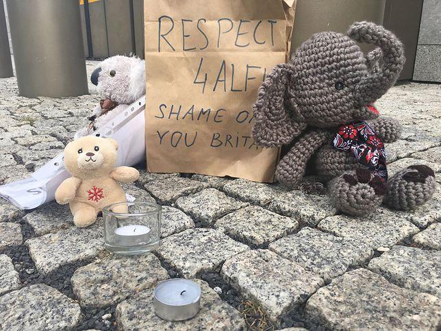 Trwa walka o życie Alfiego Evansa. Pluszaki i świeczki przed ambasadą Wielkiej Brytanii