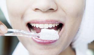 Wybielające pasty do zębów pozwolą rozjaśnić barwę zębów nawet do dwóch tonów.