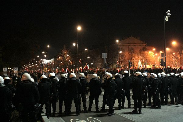 """Zamieszki na Placu Na Rozdrożu, gdzie z Placu Konstytucji dotarł """"Marsz Niepodległości"""""""