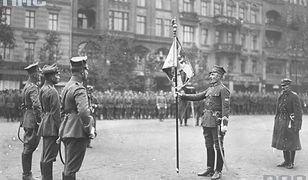 Feliks Piekucki wręcza sztandar pułkowi garnizonowemu wojsk wielkopolskich. 1919 r.