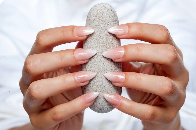 Dwukolorowe paznokcie to świetny sposób na nudę w stylizacji