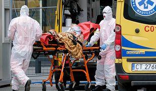 """""""Chorzy na COVID-19 umierają w ogromnej samotności"""". Lekarz o walce z pandemią"""