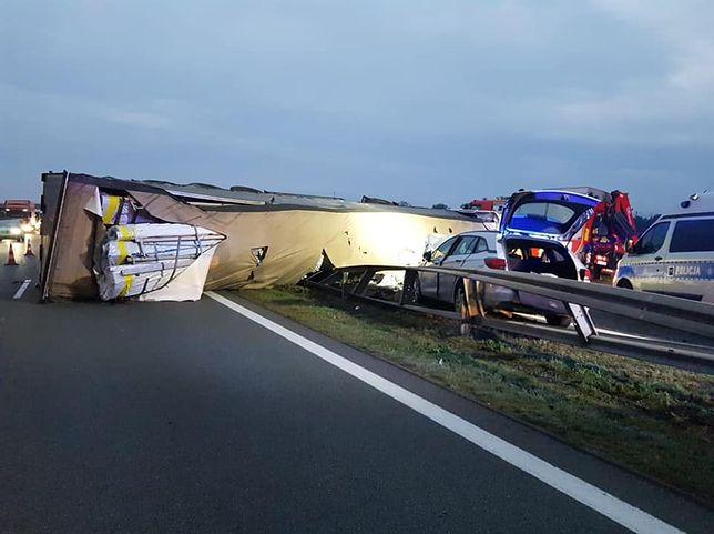 Wypadek na A2. Ciężarówka zablokowała pasy ruchu w obie strony