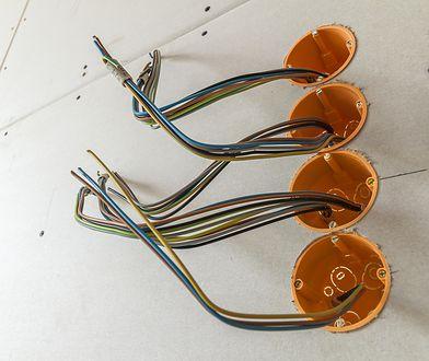 Ułożenie przewodów elektrycznych warto udokumentować, zaznaczając ich przebieg na rysunkach albo po prostu fotografując.