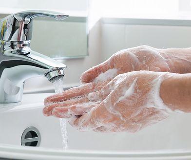 Prawidłowe mycie rąk pozwala na wypłukanie bakterii.