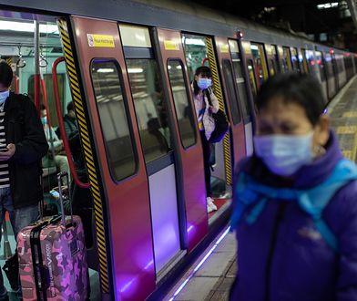 Koronawirus z Chin. Mieszkańcy Hongkongu podróżujący komunikacją miejską