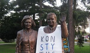 """67-latek, który przyozdobił pomnik Lecha i Marii Kaczyńskich banerem z napisem """"Konstytucja"""" usłyszał zarzut znieważenia pomnika."""
