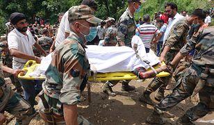 Wojsko pomaga transportować rannych z miejsca katastrofy w Indiach.