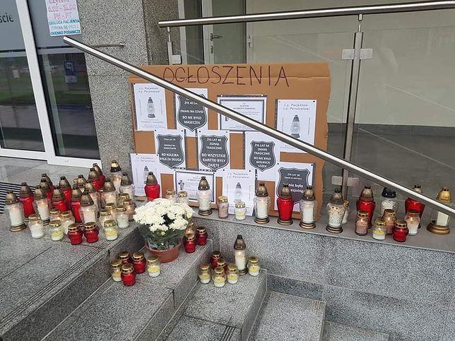 Koronawirus w Polsce. Akcja Porozumienia Rezydentów. Przed szpitalami w całej Polsce palą się znicze dla pacjentów i medyków, ofiar pandemii.