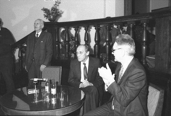 Leszek Kołakowski (w środku) w 1988 roku.