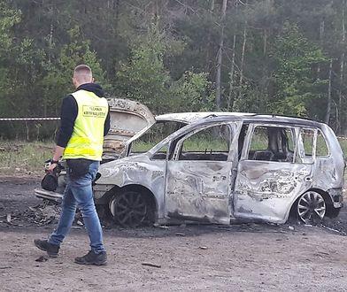 Spalone auto znaleziono w lesie koło Krzywej Góry
