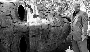 Polski rzeźbiarz Igor Mitoraj pozuje przy jednej ze swoich rzeźb (zdj. arch.)