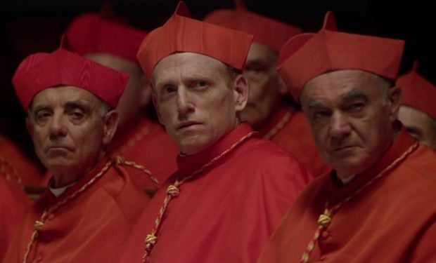 Watykan w serialu to stolica przepychu i bogactwa. Z bardzo przystojnym papieżem na czele
