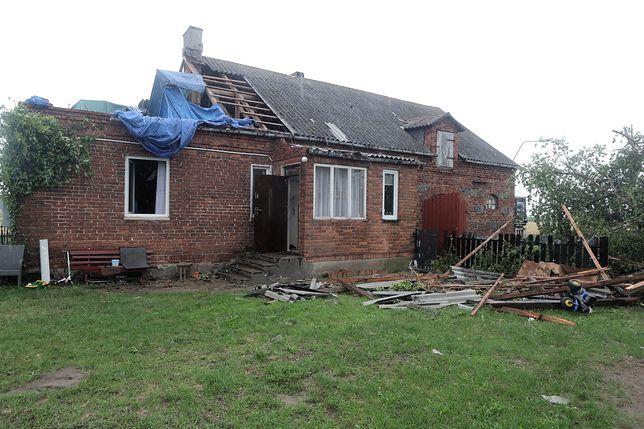 Budynek zniszczony po środowych i nocnych burzach w miejscowości Witusza (pow. łowicki)