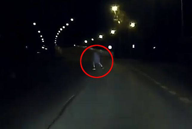 Mężczyzna pojawił się na drodze tuż przed nadjeżdżającym pojazdem