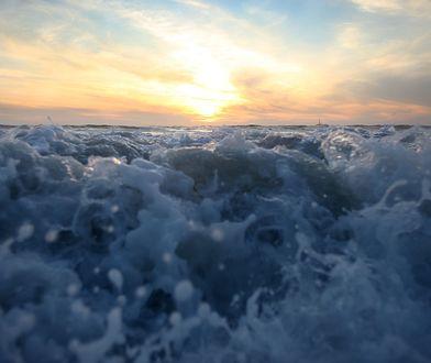 Ocean Spokojny koło kalifornijskiego wybrzeża.