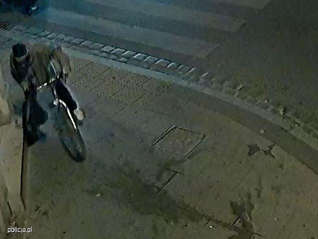 Na monitoringu widać złodzieja z torebką.