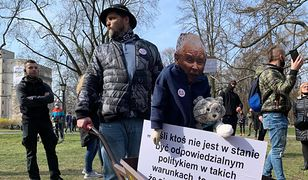 """11. rocznica katastrofy smoleńskiej. """"Wolni Przedsiębiorcy"""" przywieźli taczki dla prezesa PiS"""