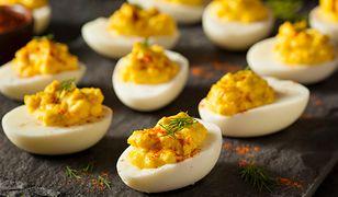 Jak zrobić jajka faszerowane? Sprawdzone przepisy wielkanocne