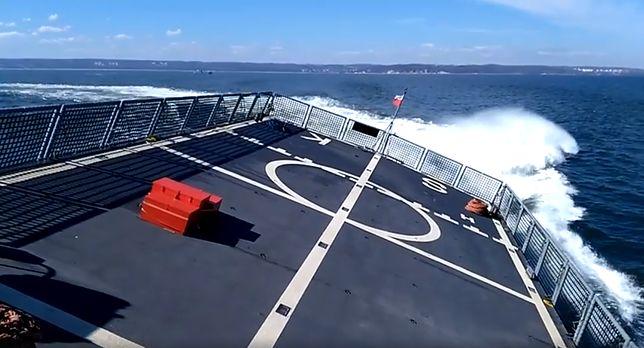 ORP Ślązak jest przystosowany do przenoszenia na pokładzie śmigłowca do zwalczania okrętów podwodnych