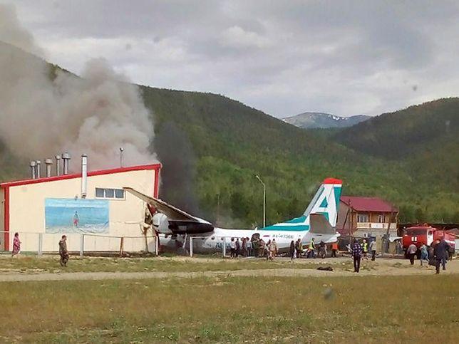 Rosja. Samolot pasażerski An-24 rozbił się podczas awaryjnego lądowania w Niżnieangarsku