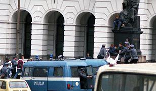Warszawa. 4.06.1989 r. Policja zatrzymuje protestujących