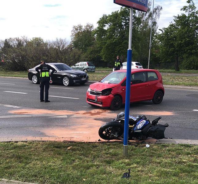 Mokotów. Zderzyły się dwa auta i motocykl. Ranny maturzysta