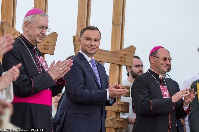 Prezydent RP Andrzej Duda w otoczeniu biskupów w Lednicy