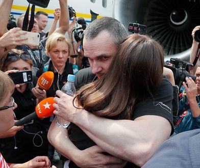 Ołeh Sencew podczas powitania z rodziną na lotnisku Boryspol pod Kijowem