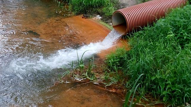"""Tajemnicza inwestycja nad rzeką. """"Z rur leje się pomarańczowa woda"""""""