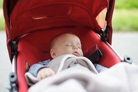 Nie zakrywaj wózka pieluchą tetrową. Pediatrzy ostrzegają (WIDEO)