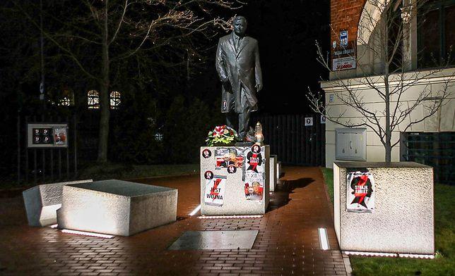 Oklejony plakatami pomnik Lecha Kaczyńskiego w Szczecinie. fot: Marcin Bielecki