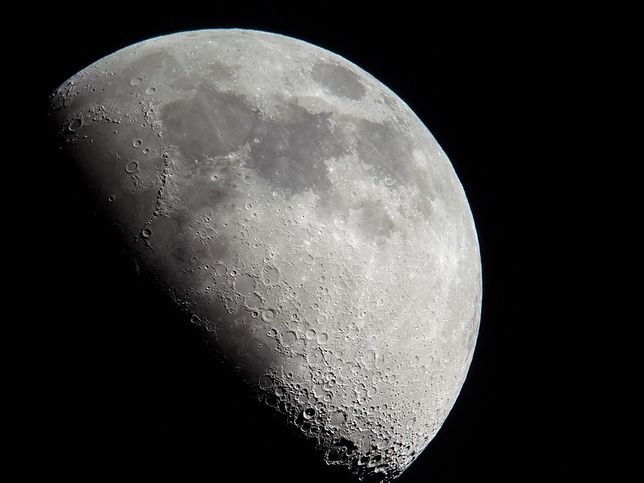 Księżyc jest piątym co do wielkości tego typu obiektem w Układzie Słonecznym