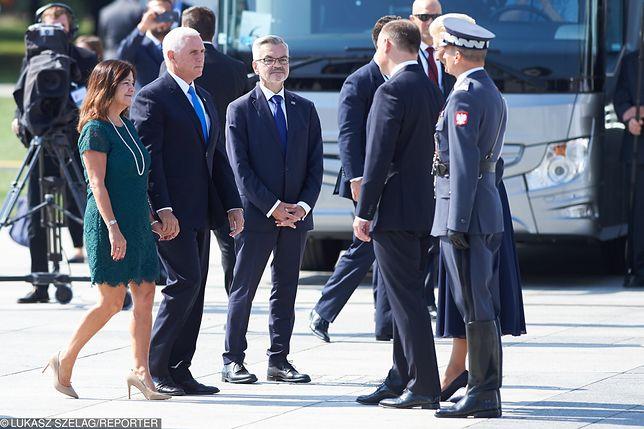 Karen Pence wita się z polską parą prezydencką