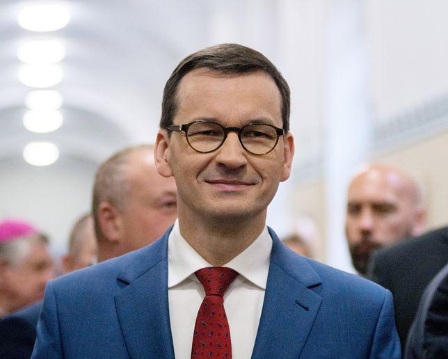 Morawiecki wspiera wszystkich, jeździ tam, gdzie go zapraszają i nie tyle mówi, co odbiera podziękowania