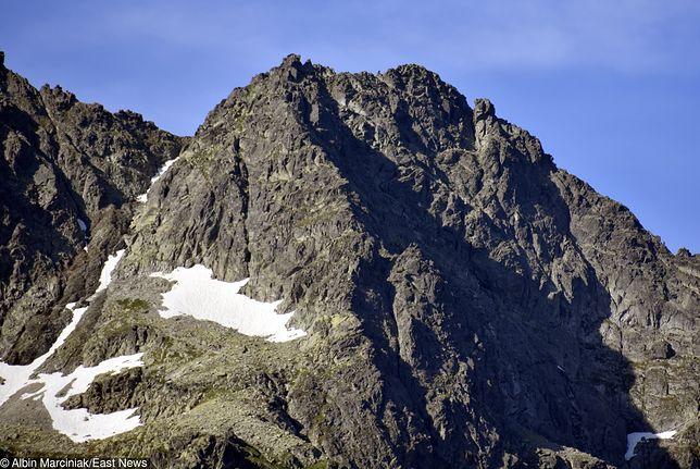 Utknął na skale w Tatrach Wysokich. Spędził tam całą noc