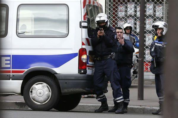 Policjanci wciąż szukają wspólników dżihadystów, którzy przeprowadzili zamachy w Paryżu