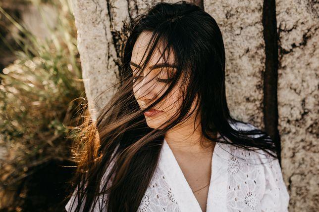 Olej konopny skutecznie nawilży włosy i skórę.