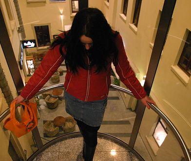 Dziewczyna dostawała namiar na hotel i numer pokoju. Na recepcji czekał na nią klucz