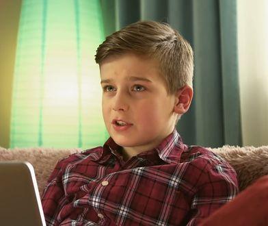 Mama sprząta, a syn przy komputerze. Efekt nauki programowania w szkołach