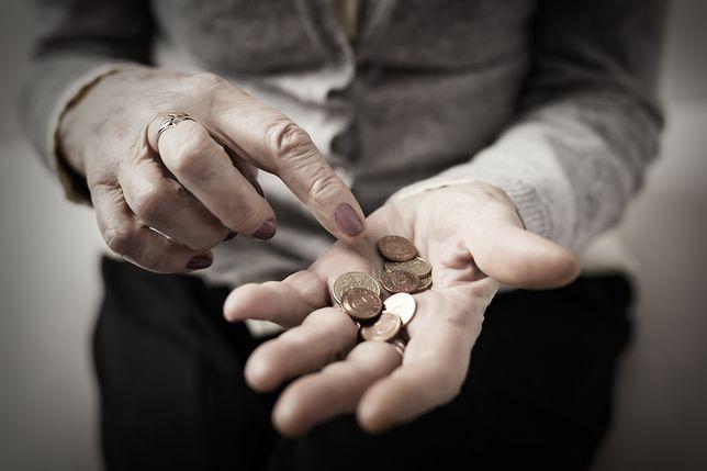 Próg dochodowy mógł pokrzyżować marzenia niektórych seniorów o dodatkowych pieniądzach