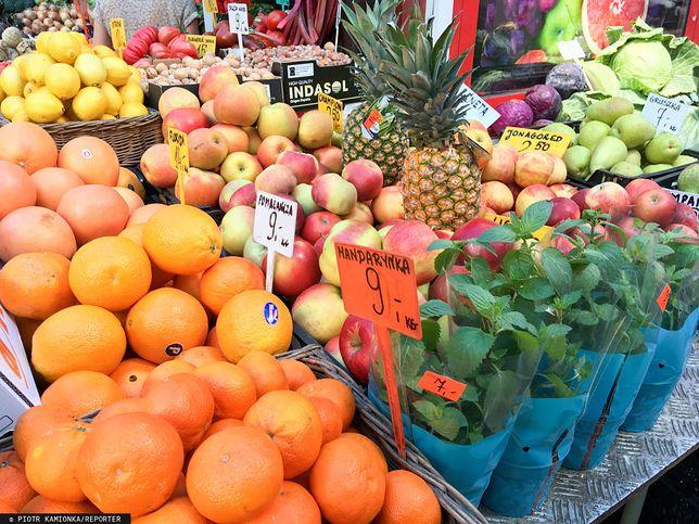 Ceny pomarańczy i jabłek spadają. Reszta owoców zdrożała.